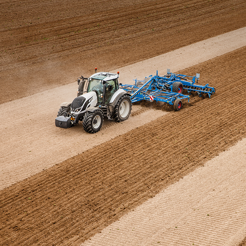 valtra tractor on field auto-guide